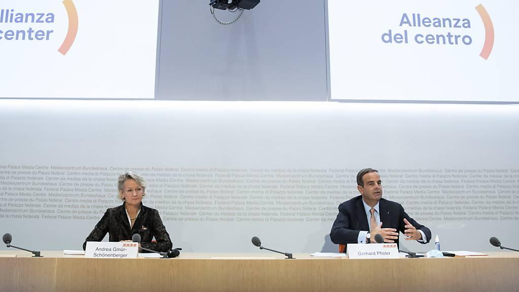 Die CVP soll künftig «Die Mitte» heissen: Fraktionschefin Andrea Gmür (links) und Parteipräsident Gerhard Pfister bei Bekanntgabe des Ergebnisses der Urabstimmung in Bern. (Archivbild)