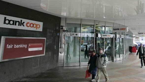 Logo am Eingang der Bank Coop in Basel am Aeschenplatz (Archiv)