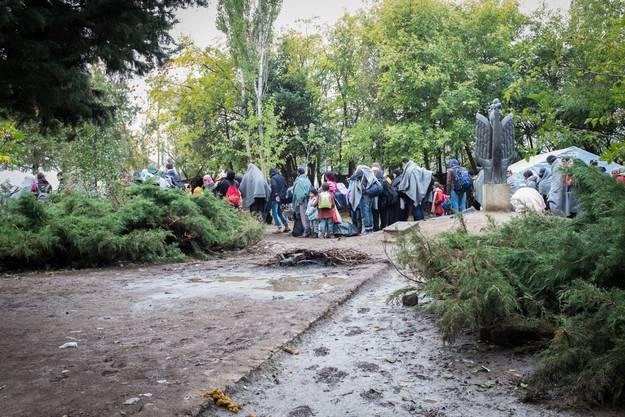 Eindrücke aus dem Projekt «Rastplatz». Die damalige Ausgangslage, als das Projekt entstand: An der französischen Küste des Ärmelkanals strandeten jahrelang Menschen, die Asyl in England suchen. Sie sassen im Schlamm der Flüchtlingslager fest und waren der Gewalt der Polizei, der konkurrenzierenden Mafiagruppen sowie den Regenschauern Nordfrankreichs ausgeliefert.