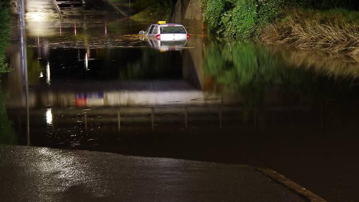 Eines von mindestens drei Fahrzeugen, die nach starkem Regen in Chur in Strassenunterführungen stecken blieben.
