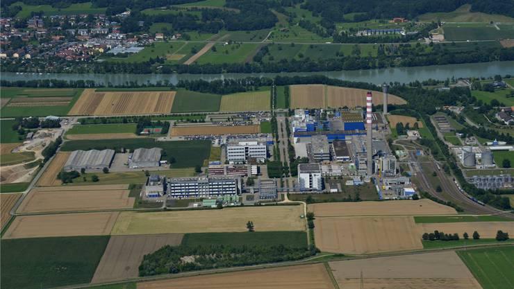 Beim Hochkamin auf dem Gelände der DSM Nutritional Products in Sisseln soll für 60 Millionen Franken ein Holzheizkraftwerk entstehen. Archiv/Gerry Thönen