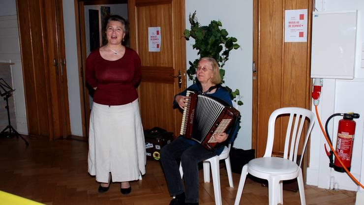 Gitta als Jodlerin in Aktion mit subtiler Akkordeonbegleitung von Maria Oertli