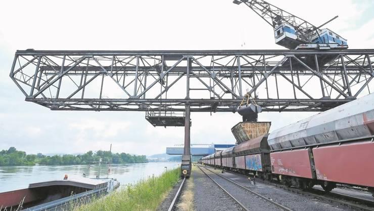 Massen- und Schüttgüter, wie beispielsweise Kohle für die Zementindustrie am Birsterminal, werden vorzugsweise mit der Bahn weiter transportiert.