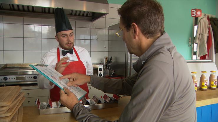 Daniel Bumann kann nicht glauben, war ihm Ladenleiter Mads Madelung bestätigt: Den 250 Franken teuren Hot Dog gibt es tatsächlich.