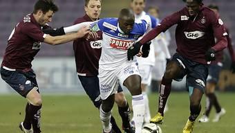 Lausannes Moussilou (m.) nimmt es gleich mit drei Gegnern auf.