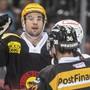 Simon Moser (gelber Helm) trifft für den SC Bern gegen Ambri-Piotta