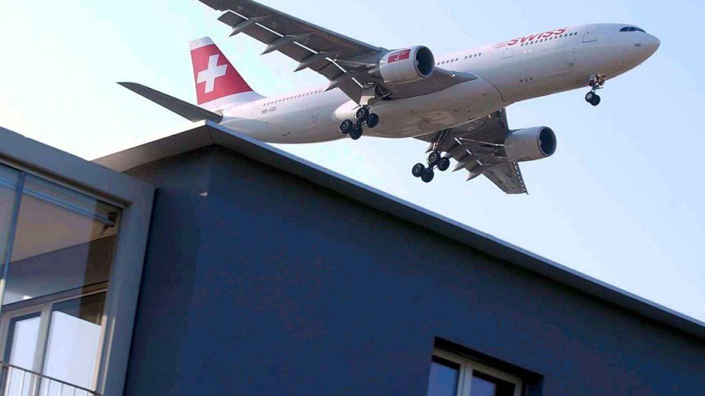 Betroffen vom Fluglärm sind beispielsweise die Bewohnerinnen und Bewohner der Überbauung Gerlisbergstrasse in Kloten ZH. (Archivbild)