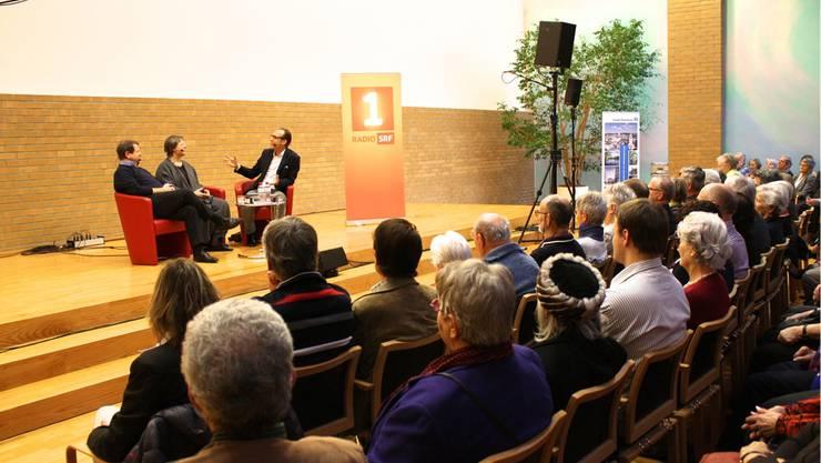 """Talksendung """"Persönlich"""" von Radio SRF 1 mit Jeanne Pestalozzi und Hanspeter Müller-Drossaart im Gemeinderatssall Dietikon."""