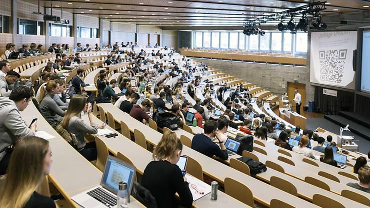Haben nach dem Abgang öfters mehrere Jobs gleichzeitig: Studierende, hier an der Universität St. Gallen.