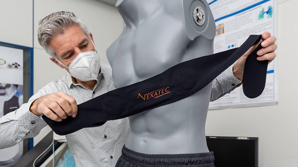 Der Brustgurt mit den vom Centre Suisse d'Electronique et de Microtechnique (CSEM) entwickelten Sensoren und integrierter Signalverarbeitung. Das System ermöglicht es, zu Hause lebende Corona-Patienten aus der Ferne - von einer Klinik aus - zu überwachen. Das entlastet Spitäler und Personal. (zVg)