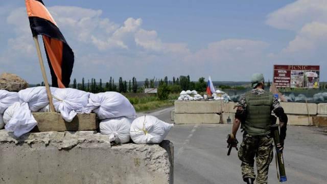Separatistische Kämpfer an einem Checkpoint bei Slawjansk (Archiv)