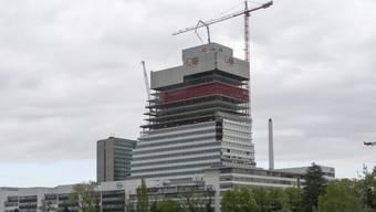 Auf der Baustelle des Roche-Turms arbeiten Fassadenbauer für 15 Franken Stundenlohn. (Archiv)