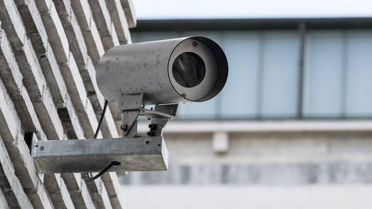 Die Stadtpolizei Zürich will mit Überwachungskameras im öffentlichen Raum gegen Gewalt von Fussballfans vorgehen.