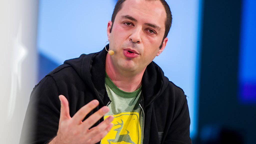 Jan Koum an der Internet-Konferenz DLD in München: Der WhatsApp-Chef kündigte an, das der Kurzmitteilungsdienst für alle Nutzer kostenlos wird.