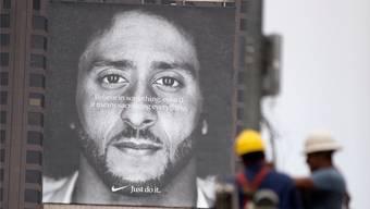 Eine Person spaltet die USA: Ein Nike-Werbeplakat mit Colin Kaepernick.
