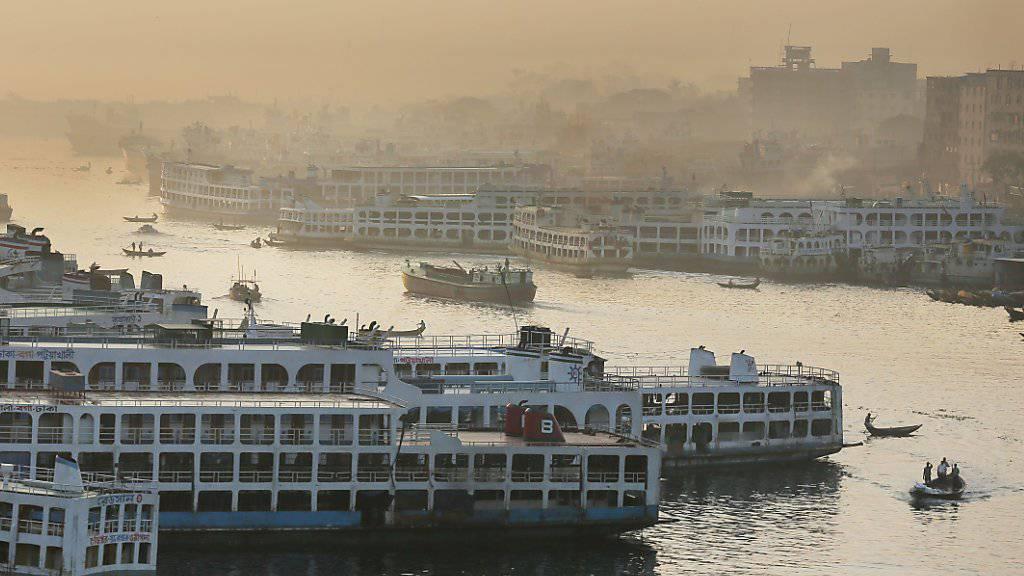 Ins Wasser gefallen ist der Mega-Bankraub in der bengalischen Hauptstadt Dhaka - wegen eines Details. Aber einwandfreie Kenntnisse der englischen Orthographie sind nicht zu unterschätzen (Symbolbild von Bangladeschs Hauptstadt Dhaka vom Dezember 2015).