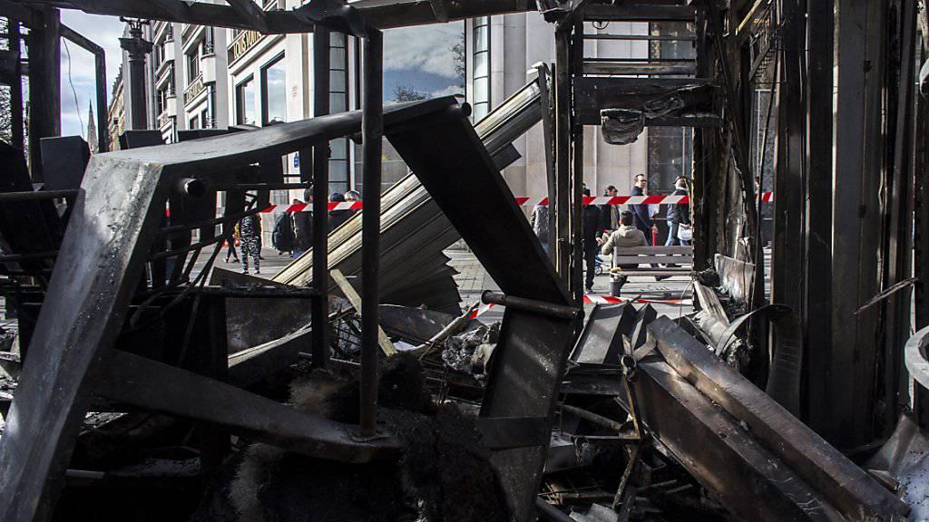 Bei den «Gelbwesten»-Protesten wurde die Terrasse des Promi-Restaurants Fouquet's an der Prachtstrasse Champs-Élysées in Brand gesteckt. (Archivbild)