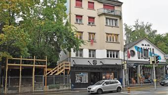 Auf der Holzkonstruktion (links) bei seiner Galicia Bar will Alex Capus über die Wintermonate Fondue und Raclette anbieten.