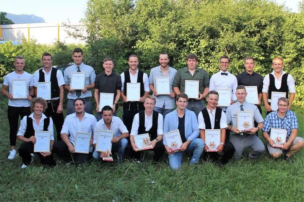 Die Abschlussklasse Zimmermann 2019: Alle Angetretenen haben die Prüfung bestanden. Flurin Gasser (vorne, Vierter von rechts) schloss am besten ab.