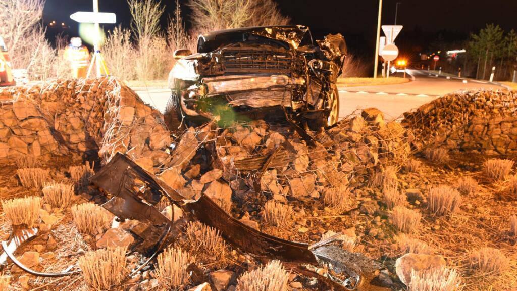 Gestohlenes Auto verunfallt bei Flucht vor Polizei - zwei Verletzte