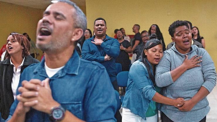 Besucher eines Gottesdienstes der Zeitgenössischen Christlichen Kirche in Rio de Janeiro.