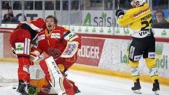 Biels Goalie Jonas Hiller reklamiert vergebens nach dem ersten Tor der Berner durch Simon Moser (rechts)