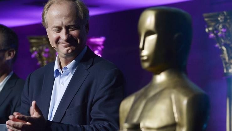 Eric Tveter, CEO Cablecom, bei der Pressekonferenz zu MyPrime in Zürich. Auch im Bild: Die gefälschten Oscar-Statuen.