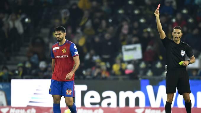 Omar Alderete wird wegen einer Disziplinlosigkeit des Feldes verwiesen.
