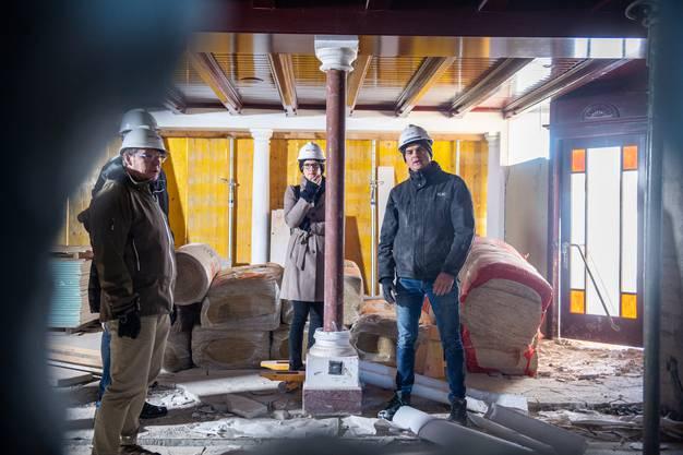 Sie haben auf dem Berg das sagen: Hotel-Direktorin Andrea Schlumpf (in der Mitte) und Projektleiter Sebastian Wüthrich (rechts im Bild). An der Baustellenbesichtigung nahm zudem Jürgen Hofer teil - Direktor von Region Solothurn Tourismus (links im Bild).