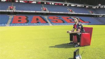 Luca Boller sitzt im St.Jakob-Park in Basel. In seinen Matches sind Stadion und Zuschauer virtuell.Sacha Grossenbacher