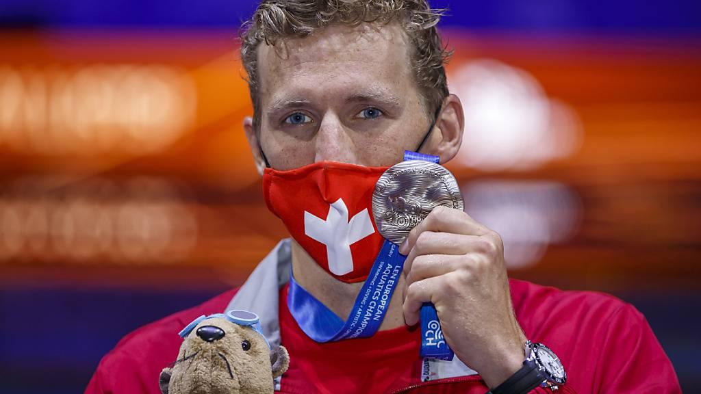 Jérémy Desplanches zeigt nach der Siegerehrung die Silbermedaille
