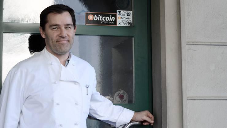 «Bitcoin accepted here»: Trotz schlechten Nachrichten um das digitale Geld hat Roger Widmer nach wie vor Spass am unkonventionellen Zahlungsmittel.