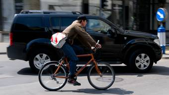 Velowege für die Stadt, neue Strassen für das Land? Die beiden Basel sollten für eine Lösung des Verkehrsproblems nicht in entgegengesetzte Richtungen steuern. (Symbolbild)