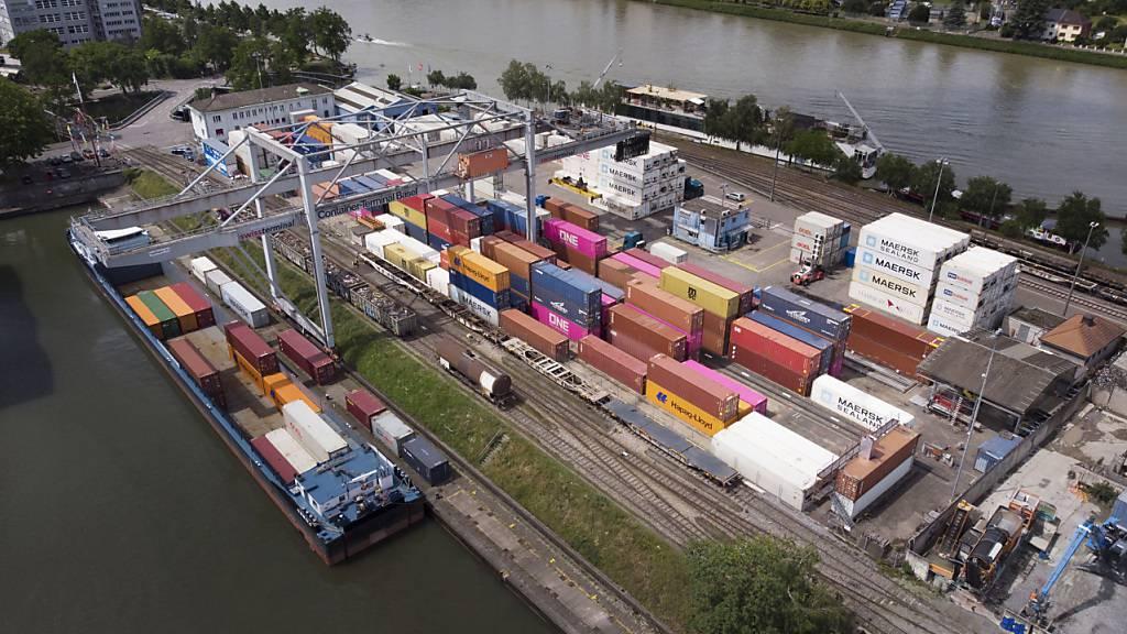 Je nach Verlauf der zweiten Coronawelle wird die Schweizer Wirtschaft nach Ansicht der Konjunkturforschungsstelle KOF in diesem Jahr um 3,6 Prozent oder 4,9 Prozent tauchen. (Archivbild)