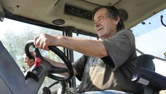 Peter Frauchiger fährt noch heute Traktor auf dem Feld – bis seine Fahrzeuge eingezogen werden.