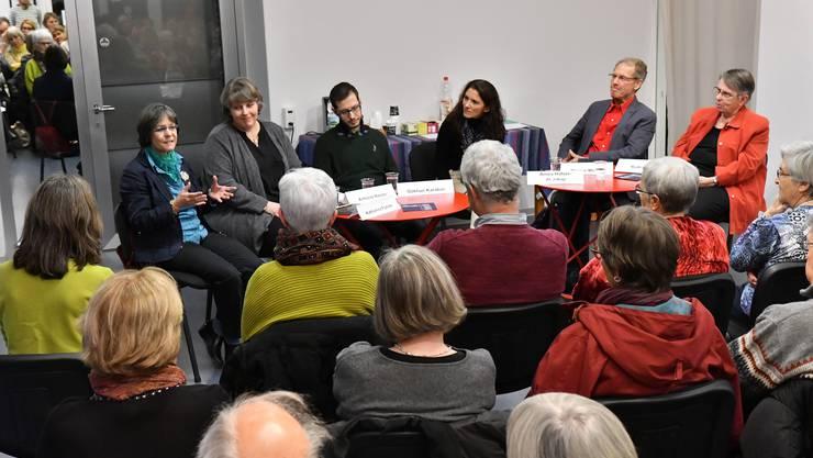 Sitzend von links: Katharina Fuhrer, Antonia Hasler, Gökhan Karabas, Moderatorin Amira Hafner-Al Jabaji, Werner Menzi und Ruth Knorr.