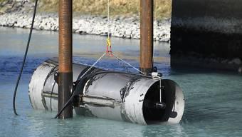 Der Prototyp der neuartigen Laufwasserkraftwerks-Turbine wurde am Mittwoch bei Lavey-les-Bains VD ins Wasser gelassen.