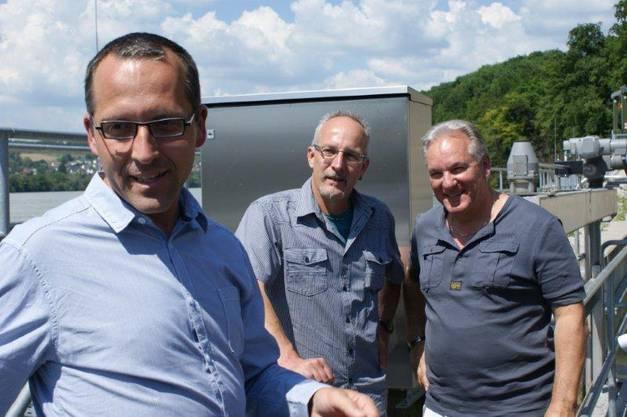 Jochen Ulrich von Energiedienst sowie Michael Strittmatter vom Fischerverein Karsau und Rolf Bürgi, Präsident Fischereiverein Bezirk Rheinfelden (von links) sind zufrieden mit Zählaktion