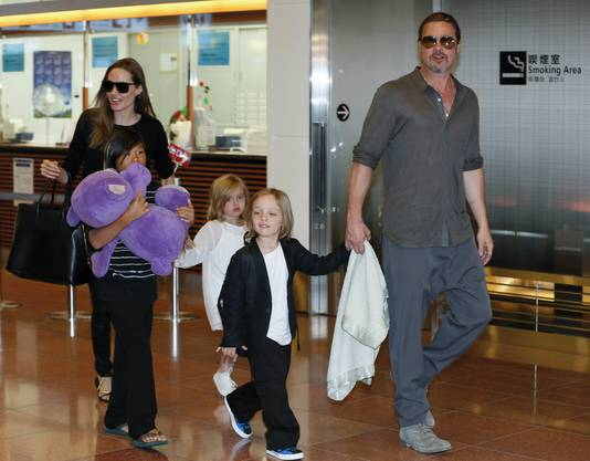 Angelina Jolie und Brad Pitt mit ihren Kindern Pax Thien, Shiloh uund Knox Jolie-Pitt am Tokyo International Airport (Archiv).