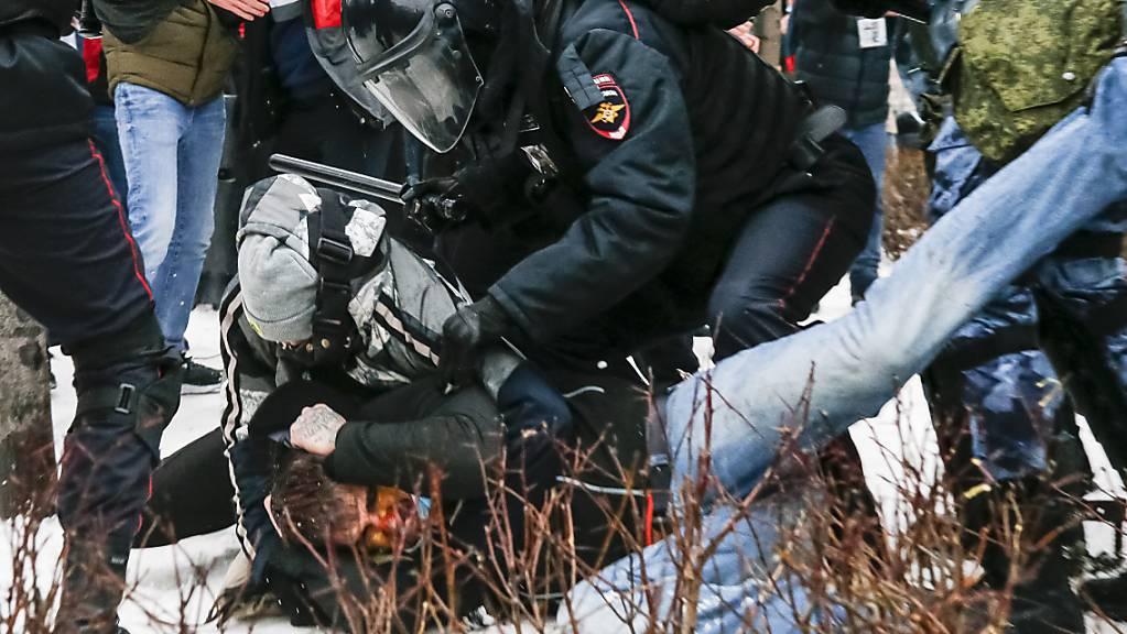Die Polizei verhaftet einen Demonstranten während eines Protestes gegen die Inhaftierung des Oppositionsführers Nawalny in Moskau.