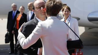 «Bisou» für die Schweiz: François Hollande begrüsst Bundespräsidentin Simonetta Sommaruga.