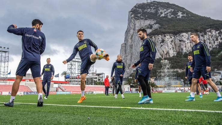 Noch nicht über dem Berg: Die Schweizer Nati um Granit Xhaka (am Ball), Eray Cömert, Michael Lang, Renato Steffen und Cedric Itten (von links nach rechts).