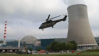 Bei der diesjährigen Gesamtnotfallübung wird die Luftwaffe der Schweizer Armee mit Super-Puma-Helikoptern Materialtransporte vom Notlager Reitnau AG zum AKW Gösgen fliegen.