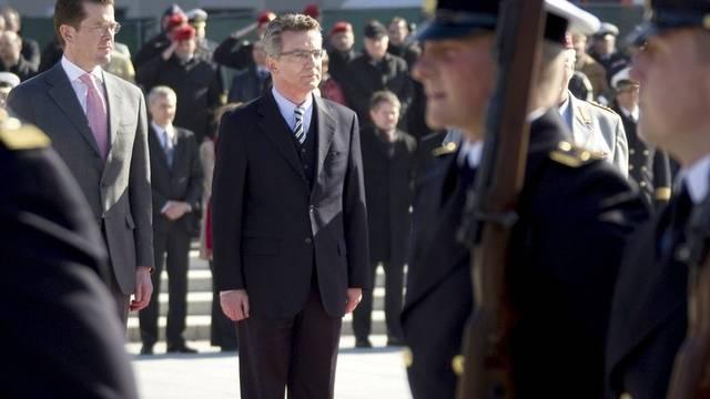 Ex-Verteidigungsminister Guttenberg (links) übergibt sein Amt an de Maizière