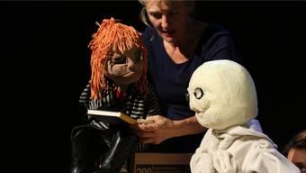 Emma, gespielt von Priska Praxmarer, begegnet dem Mondmann, der auf der Erde bislang vergebens nach Freunden sucht.