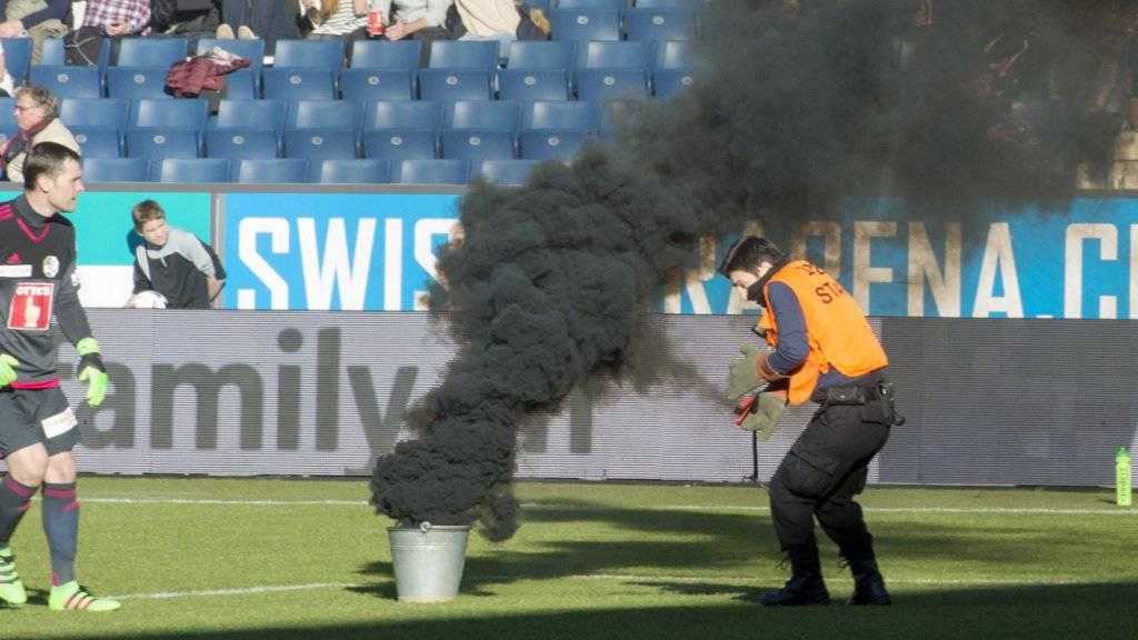 Während des Meisterschaftsspiels im Februar 2016 zwischen dem FC Luzern und dem FC St. Gallen warf der angeklagte Ostschweizer insgesamt vier Pyro-Gegenstände auf das Spielfeld. (Archivbild)