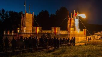 Der Drache auf der Burg der Pfadi St. Georg Aarau speit Feuer und heizt die Stimmung im Kala auf.