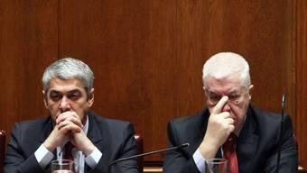 Während einer Budgetdebatte im November 2010 zeigen sich Premierminister Jose Socrates (l.) und Finanzminister Teixeira dos Santos besorgt (Archiv)