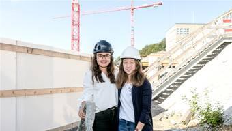 Die Lernenden Enya Michaelis (l.) und Alissa Semadeni sammeln praktische Erfahrung auf der «Burghalde»-Baustelle.