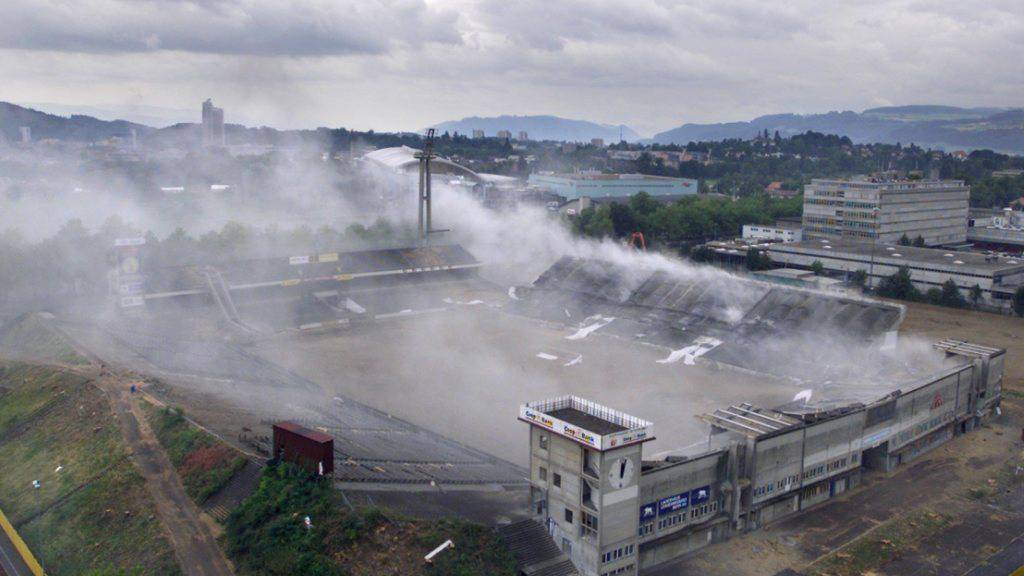 Am 3. August 2001 wurde das Stadion in Schutt und Asche gesprengt